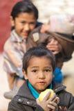Niño muerto de hambre que come una manzana Imagen de archivo libre de regalías