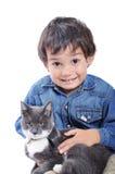Niño muy lindo con un gato Foto de archivo libre de regalías