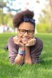 Niño negro de la muchacha del afroamericano al parque Foto de archivo libre de regalías