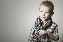 Niño. niño pequeño divertido en caspa. Niños de la moda. 4 años. camisa de tela escocesa Fotografía de archivo