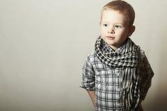 Niño. niño pequeño divertido en caspa. Niños de la moda. 4 años. camisa de tela escocesa Imágenes de archivo libres de regalías