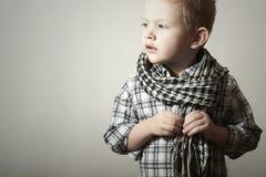 Niño. niño pequeño divertido en caspa. Niños de la moda. 4 años. camisa de tela escocesa Imagen de archivo