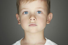Niño Niño pequeño divertido Niños de moda del mundo Embroma la emoción Fotografía de archivo libre de regalías