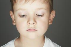 Niño Niño pequeño divertido Primer 5 años Embroma la emoción Foto de archivo