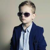 Niño Niño pequeño en gafas de sol Cabrito con estilo Fotos de archivo