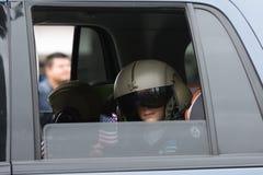 Niño no identificado dentro del vehículo con el casco militar y h Foto de archivo libre de regalías