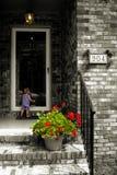 Niño nostálgico en la puerta fotografía de archivo