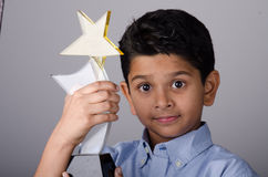 Niño o estudiante feliz con el premio foto de archivo
