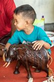 Ni?o orgulloso en el negocio de Sari Pertiwi Wood Carving, Juga, Bali, Indonesia imágenes de archivo libres de regalías