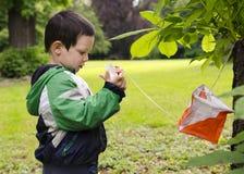 Niño orienteering Foto de archivo