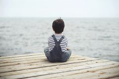 Niño pensativo foto de archivo libre de regalías
