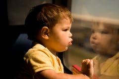 Niño pequeño adorable en el tren Imágenes de archivo libres de regalías