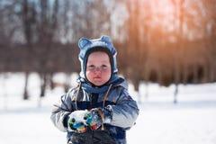 Niño pequeño adorable en la puesta del sol en un día de invierno hermoso Imagen de archivo