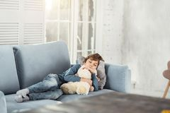 Niño pequeño adorable que duerme con su juguete imagenes de archivo