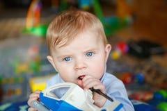 Niño pequeño adorable que se divierte Foto de archivo