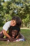 Niño pequeño agradable y su hermana negra Imagen de archivo libre de regalías