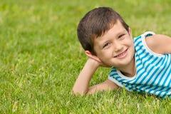 Niño pequeño alegre en la hierba Foto de archivo