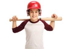 Niño pequeño alegre que presenta con un bate de béisbol Imagen de archivo