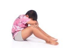 Niño pequeño asiático lindo triste y tensión Foto de archivo libre de regalías