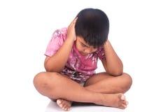 Niño pequeño asiático lindo triste y tensión Fotografía de archivo