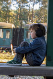 Niño pequeño, auricular grande Fotografía de archivo