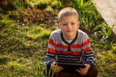 Niño pequeño bonito del retrato con un Tablet PC Foto de archivo libre de regalías