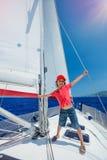 Niño pequeño a bordo del yate de la navegación en travesía del verano Aventura del viaje, navegando con el niño el vacaciones de  Fotos de archivo