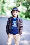 Niño pequeño caucásico en un sombrero del verano Fotos de archivo