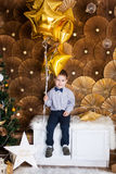 Niño pequeño cerca de un árbol de navidad Fotografía de archivo libre de regalías