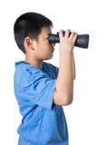 Niño pequeño chino asiático que sostiene los prismáticos en backgrou aislado fotografía de archivo