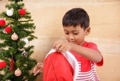 Niño pequeño con el adornamiento del árbol de navidad Fotos de archivo libres de regalías