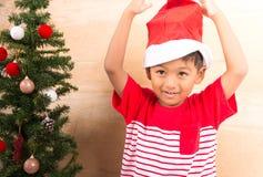 Niño pequeño con el adornamiento del árbol de navidad Foto de archivo libre de regalías