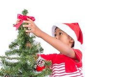 Niño pequeño con el adornamiento del árbol de navidad Fotografía de archivo