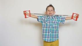 Niño pequeño con el ampliador en el fondo blanco almacen de metraje de vídeo