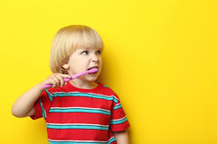 Niño pequeño con el cepillo de dientes Imágenes de archivo libres de regalías