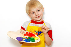 Niño pequeño con el cepillo y la gama de colores del artista Imagen de archivo libre de regalías