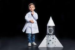 Niño pequeño con el cohete Fotos de archivo libres de regalías