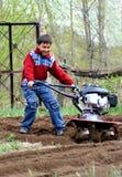 Niño pequeño con el cultivador Imágenes de archivo libres de regalías