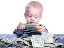 Niño pequeño con el dinero Fotos de archivo libres de regalías