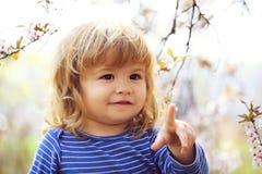 Niño pequeño con el flor Fotos de archivo libres de regalías