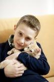 Niño pequeño con el gato Imágenes de archivo libres de regalías