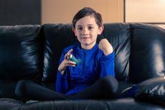 Niño pequeño con el inhalador del asma imagen de archivo