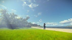 Niño pequeño con el juguete del aeroplano en una playa tropical almacen de video