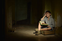 Niño pequeño con el libro Fotos de archivo libres de regalías