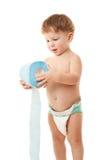 Niño pequeño con el papel higiénico Fotos de archivo