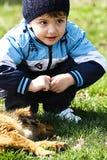 Niño pequeño con el perro imagenes de archivo