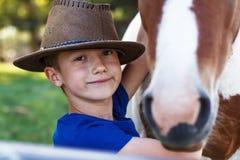 Niño pequeño con el primer del potro foto de archivo libre de regalías