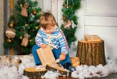 Niño pequeño con el regalo de Navidad Foto de archivo libre de regalías