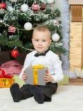 Niño pequeño con el regalo a disposición Imágenes de archivo libres de regalías
