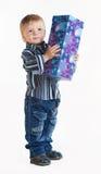 Niño pequeño con el regalo en sus manos Fotografía de archivo libre de regalías